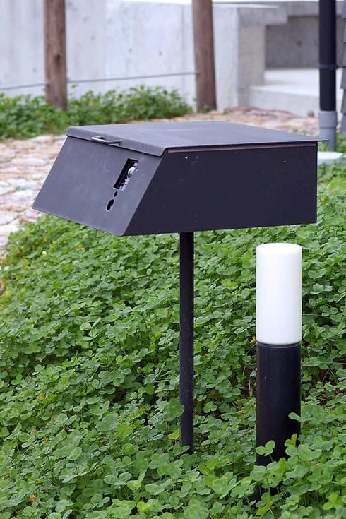 オリジナル郵便受け: 小林良孝建築事務所が手掛けたインテリアランドスケープです。