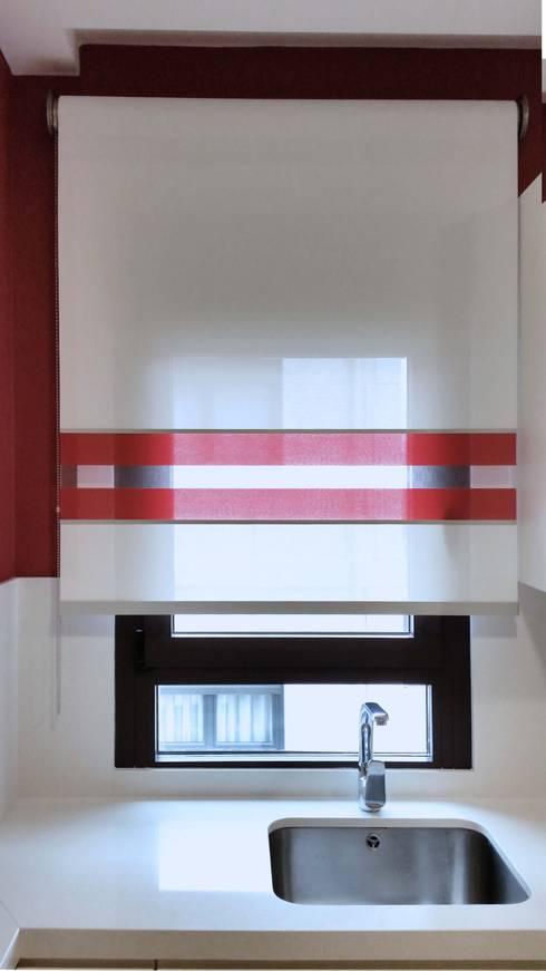 Estores enrollables y alfombra para una moderna cocina de for Estores cocina modernos