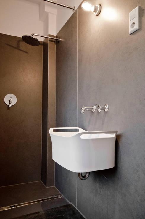 Bagno in stile in stile Moderno di Studio DLF