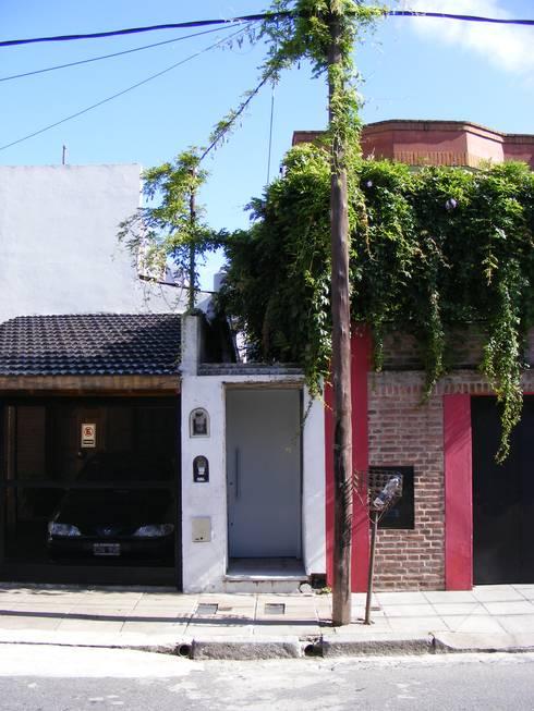 Acceso: Casas de estilo moderno por PERSPECTIVA