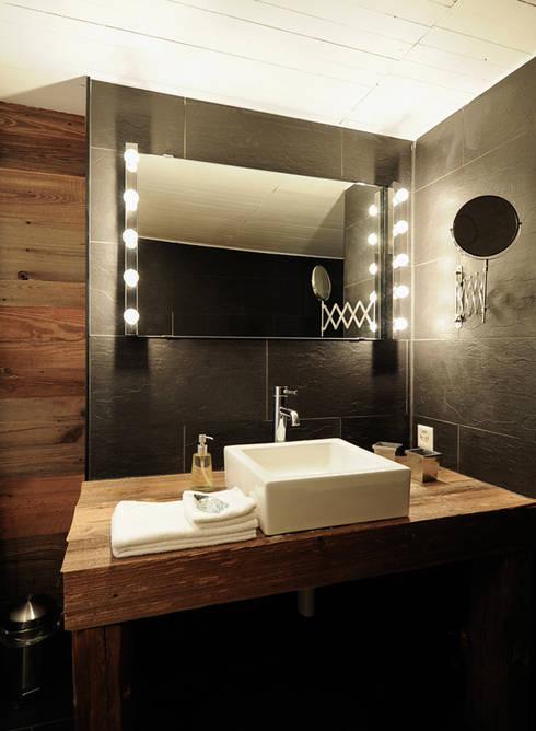 Chalet Le 1912: Salle de bain de style de style Moderne par Gris Souris