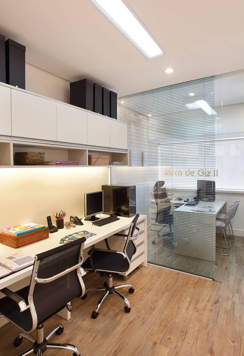 Escritório Leblon - Sala Funcionários: Lojas e imóveis comerciais  por Adoro Arquitetura