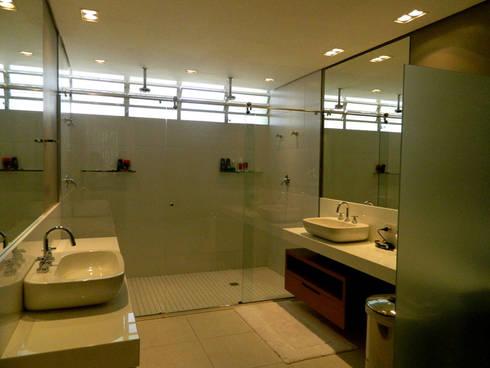 Residência 500m²: Banheiros modernos por Fabiana Rosello Arquitetura e Interiores