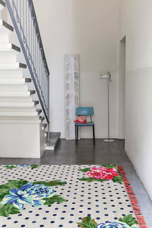 Paredes y pisos de estilo  por Ámbar Muebles