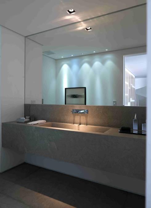 Apartamento Vila Nova Conceição 1: Banheiros modernos por Antônio Ferreira Junior e Mário Celso Bernardes