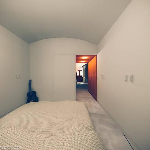 Recuperação em Évora: Quartos modernos por Tapada arquitectos