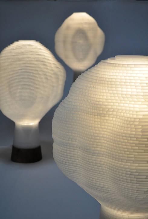 BONSAI LAMP: すがたかたちが手掛けたリビングルームです。
