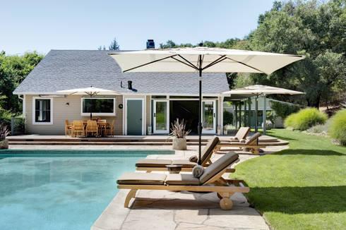 Casa em Sonoma, California: Piscinas ecléticas por Antonio Martins Interior Design Inc