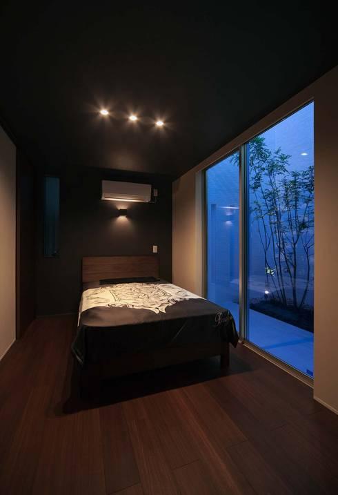 Y8-house「木と石の家」: Architect Show co.,Ltdが手掛けた寝室です。