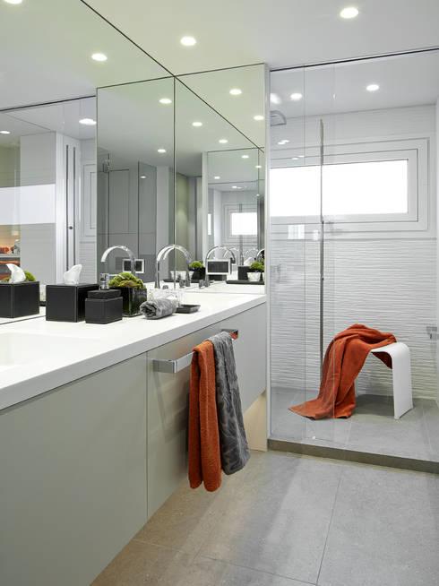 Baños de estilo  por Molins Design