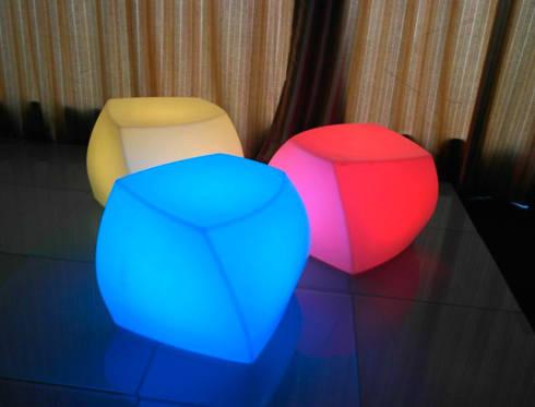Gllamor Led cube stool:  Balconies, verandas & terraces  by Gllamor