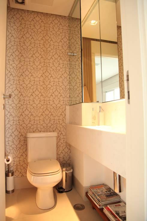 Lavabo: Banheiro  por Fabiana Rosello Arquitetura e Interiores