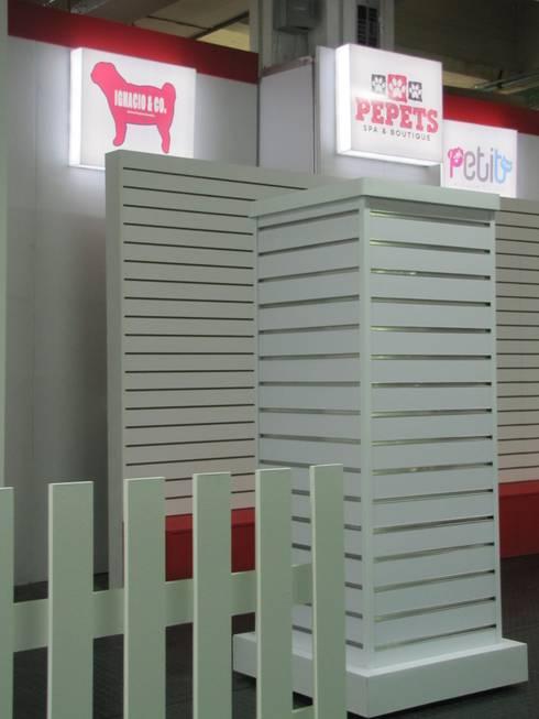Proceso de construcción del stand:  de estilo  por SIMETRIC ARQUITECTURA INTERIOR