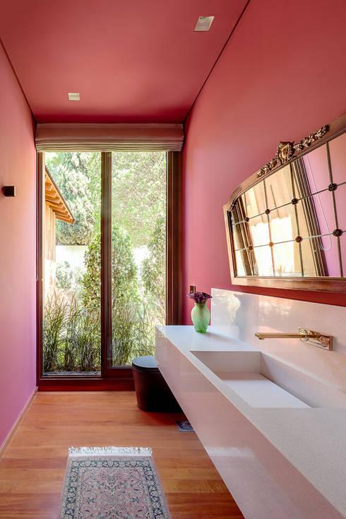 Residência Londrina 3: Banheiros modernos por Antônio Ferreira Junior e Mário Celso Bernardes