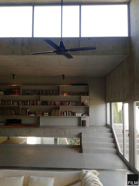 CASA EN BECCAR: Estudios y oficinas de estilo moderno por FILM OBRAS DE ARQUITECTURA