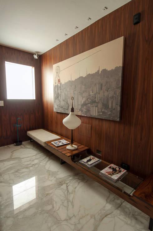 Apartamento Itacolomi: Corredores e halls de entrada  por Antônio Ferreira Junior e Mário Celso Bernardes