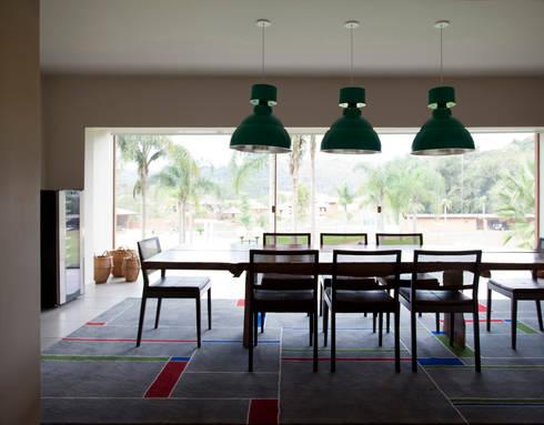 Residência Embu: Salas de jantar modernas por Antônio Ferreira Junior e Mário Celso Bernardes