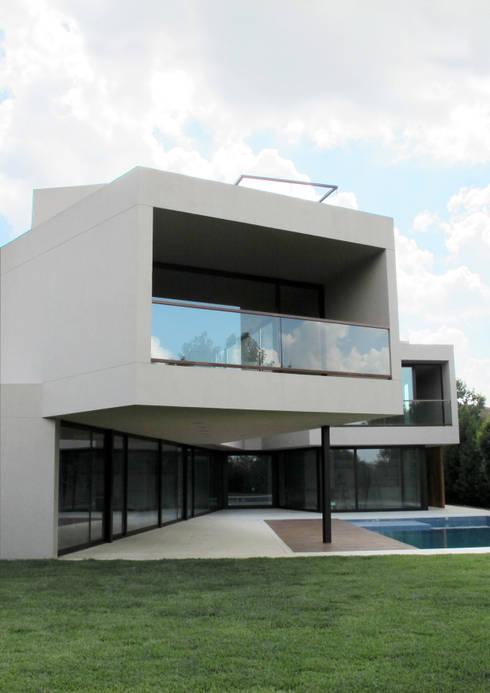 CASA EN TIGRE: Casas de estilo  por FILM OBRAS DE ARQUITECTURA