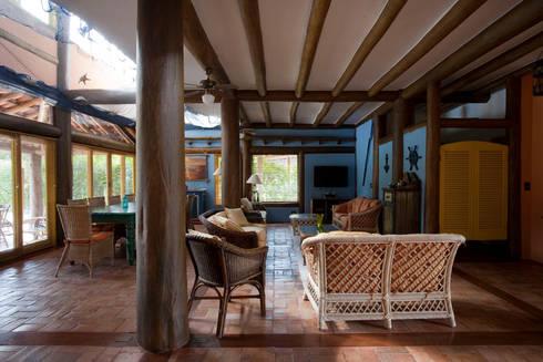 RESIDÊNCIA SL: Salas de estar rústicas por MADUEÑO ARQUITETURA & ENGENHARIA