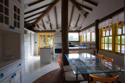 RESIDÊNCIA SL: Cozinhas rústicas por MADUEÑO ARQUITETURA & ENGENHARIA
