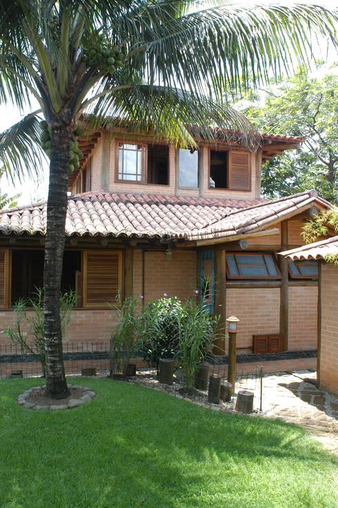 RESIDÊNCIA JRA: Casas rústicas por MADUEÑO ARQUITETURA & ENGENHARIA