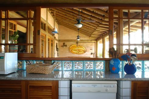 RESIDÊNCIA JRA: Cozinhas rústicas por MADUEÑO ARQUITETURA & ENGENHARIA