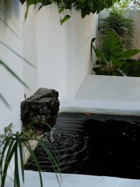 Pormenor de elemento aquático: Jardins ecléticos por Atelier Jardins do Sul