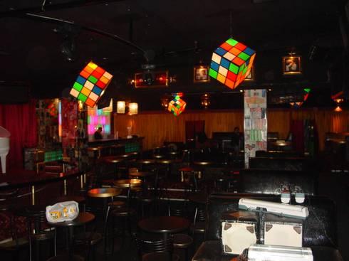 Mesas: Bares y discotecas de estilo  por AQ3 Arquitectos