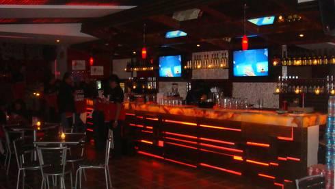 Barra BAREZZITO : Bares y discotecas de estilo  por AQ3 Arquitectos