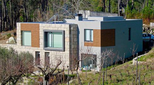 Moradia Ferreirós do Dão: Casas modernas por AET XXI - Projetos de Arquitetura e Engenharia de Tondela, Lda
