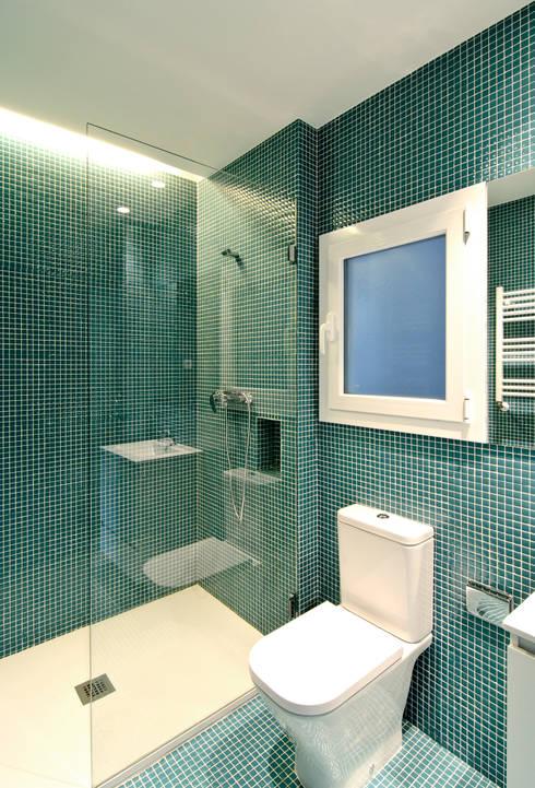 Reconversión de un txoko en vivienda: Baños de estilo  de Garmendia Cordero arquitectos