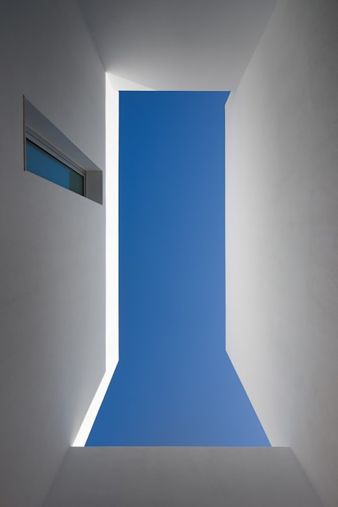 House in Portimão: Casas modernas por MOM - Atelier de Arquitectura e Design, Lda