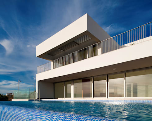 House in Portimão: Piscinas modernas por MOM - Atelier de Arquitectura e Design, Lda
