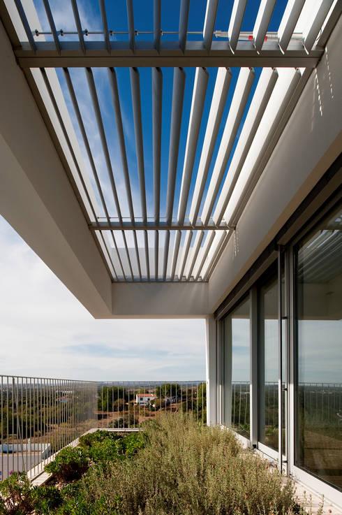 House in Portimão: Terraços  por MOM - Atelier de Arquitectura e Design, Lda