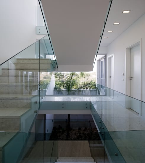 House in Portimão: Corredores e halls de entrada  por MOM - Atelier de Arquitectura e Design, Lda