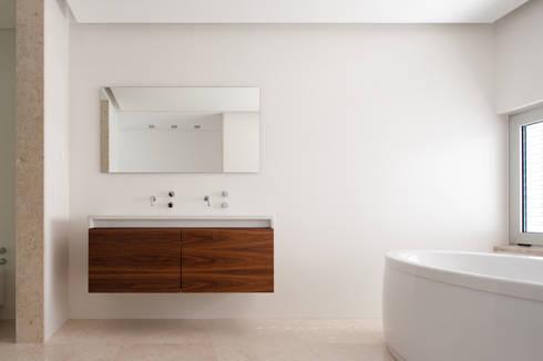 House in Portimão: Casas de banho modernas por MOM - Atelier de Arquitectura e Design, Lda