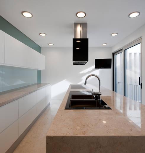 MOM - Atelier de Arquitectura e Design, Lda:  tarz Mutfak