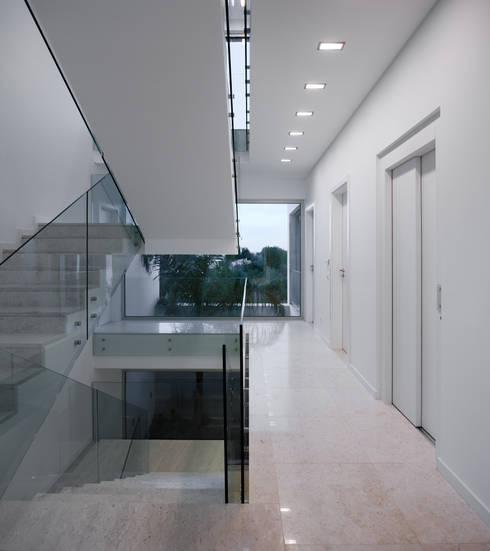 MOM - Atelier de Arquitectura e Design, Lda:  tarz Koridor ve Hol