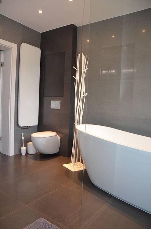 Łazienka w szarościach: styl , w kategorii Łazienka zaprojektowany przez Studio Projekt