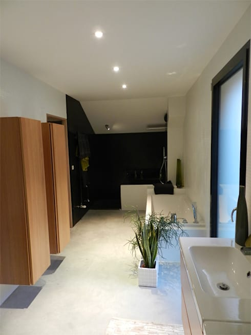 Maison AD: Salle de bains de style  par FAVRE LIBES Architectes