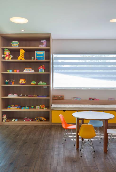 Salão de festas e brinquedoteca: Quarto infantil  por Carolina Mendonça Projetos de Arquitetura e Interiores LTDA