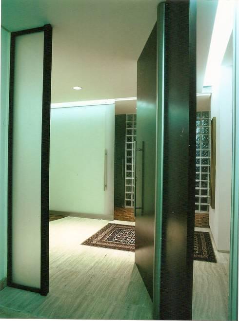 Apto Barão de Capanema: Corredores e halls de entrada  por Elisabete Primati Arquitetura