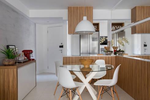 Cozinha gourmet: Salas de jantar modernas por Carolina Mendonça Projetos de Arquitetura e Interiores LTDA