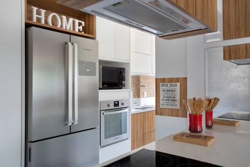 Cozinha gourmet: Cozinhas modernas por Carolina Mendonça Projetos de Arquitetura e Interiores LTDA
