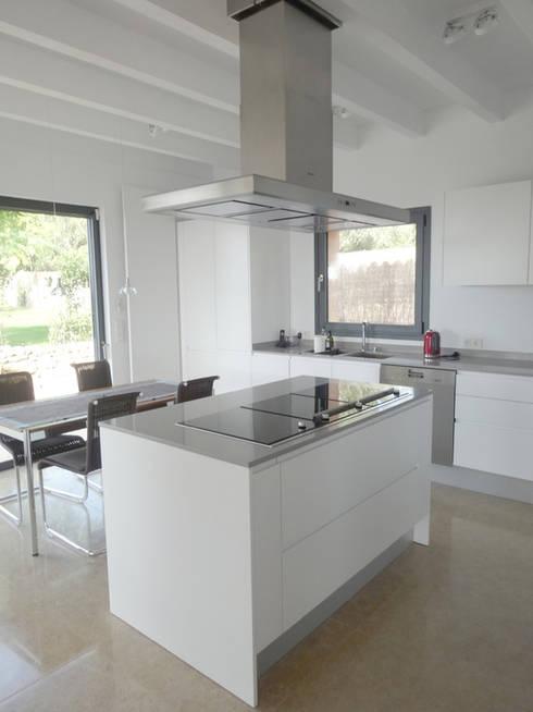 Casa Paddenberg: Cocinas de estilo moderno de miguelfloritarquitectura sl