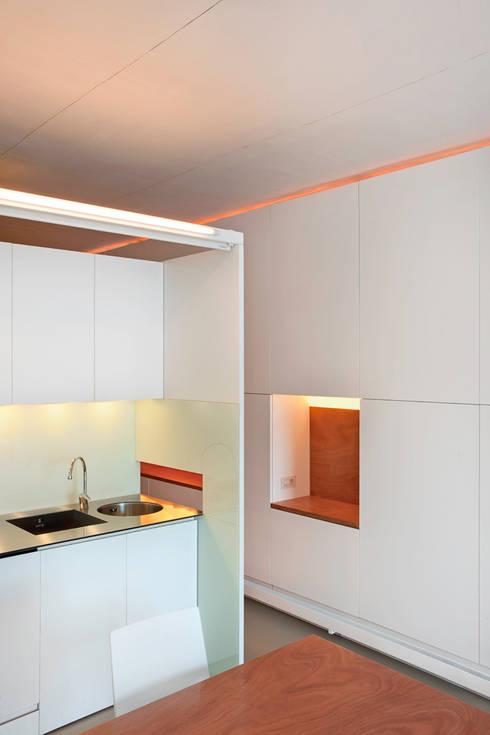 Vivienda semiprefabricada en el Eixample (Barcelona): Cocinas de estilo  de Estudi Agustí Costa