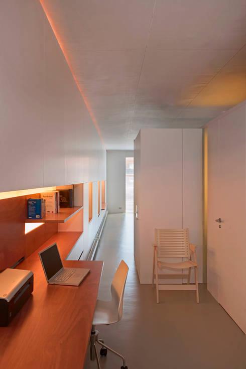 Vivienda semiprefabricada en el Eixample (Barcelona): Pasillos y vestíbulos de estilo  de Estudi Agustí Costa