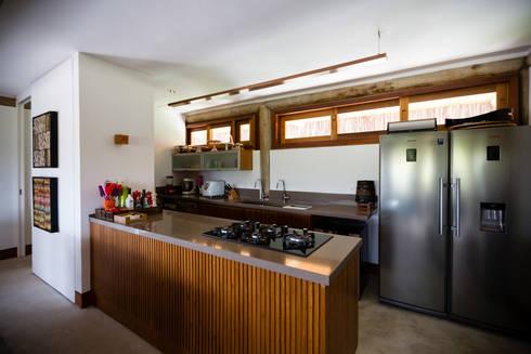 Residência Praia do Forte: Cozinhas tropicais por Antônio Ferreira Junior e Mário Celso Bernardes