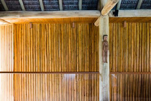 Residência Praia do Forte: Salas de estar tropicais por Antônio Ferreira Junior e Mário Celso Bernardes
