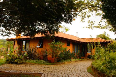 POUSADA MARIA MANHÃ: Casas rústicas por MADUEÑO ARQUITETURA & ENGENHARIA